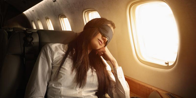 Uçakta uyumak için