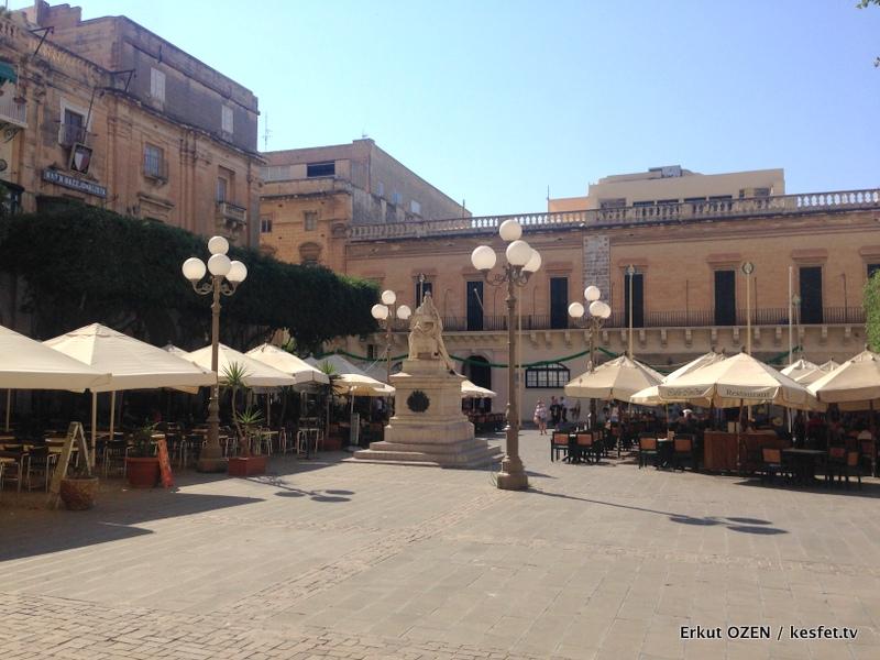 Malta Gezi Rehberi Valleta victoria heykeli