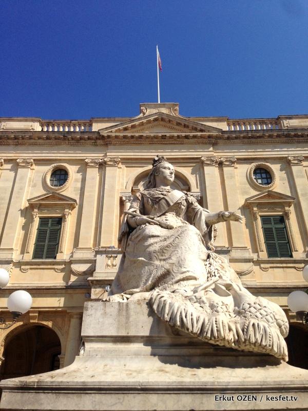 Malta Gezi Rehberi Valleta victoria heykeli 3