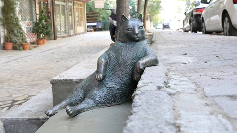 Kedi tombili heykeli moda